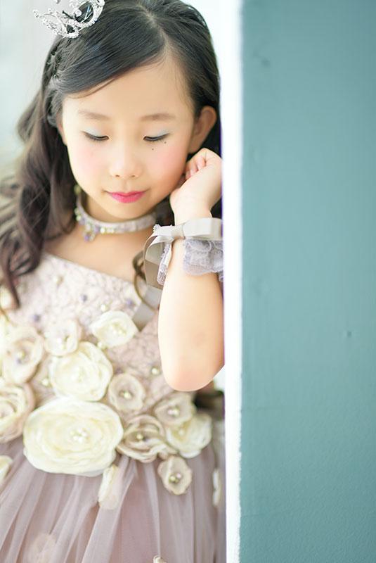 七五三 7歳 ドレス ピンク ティアラ 自然光 おしゃれ 大人っぽい