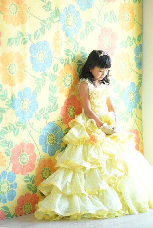 七五三 7歳 ドレス 黄色 ティアラ 自然光 おしゃれ