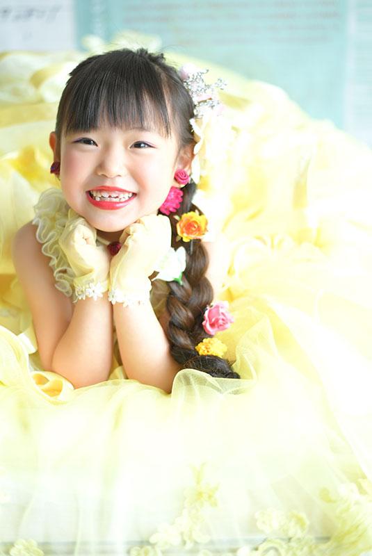 七五三 7歳 ドレス 黄色 ラプンツェルヘア 自然光 おしゃれ