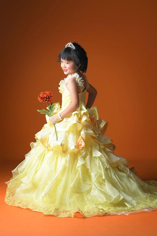 七五三 7歳 ドレス 黄色 ティアラ ストロボ ライティング きれい