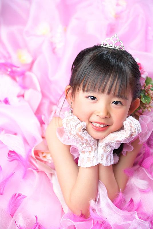 七五三 7歳 ドレス ピンク かわいい 寝っころがりポーズ