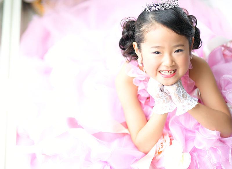 七五三 7歳 ドレス ピンク ティアラ 自然光 かわいい お願いポーズ