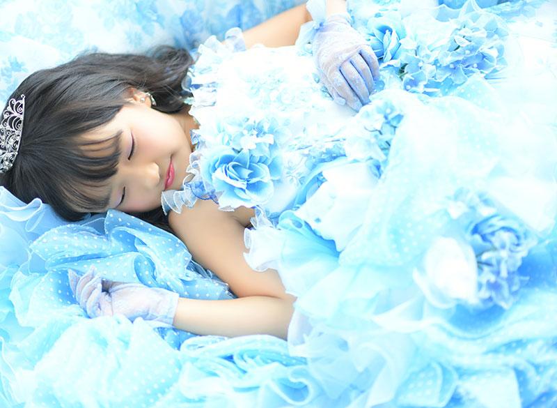 七五三 7歳 ドレス 水色 ティアラ 自然光 きれい 眠り姫ポーズ