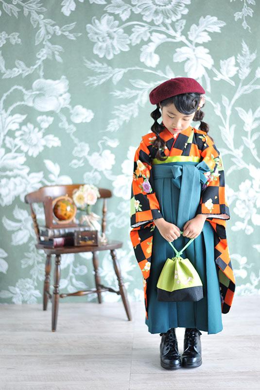 七五三 7歳 着物 オレンジ 黒 袴 緑 ベレー帽 自然光 おしゃれ