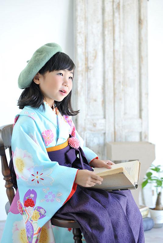 七五三 7歳 着物 水色 袴 紫 ベレー帽 自然光 おしゃれ