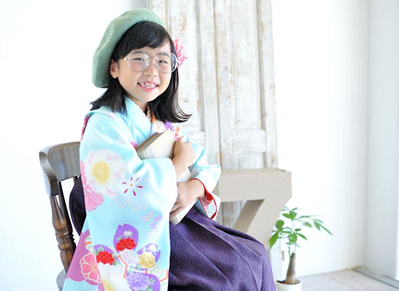 七五三 7歳 着物 水色 袴 紫 ベレー帽 めがね 自然光 おしゃれ