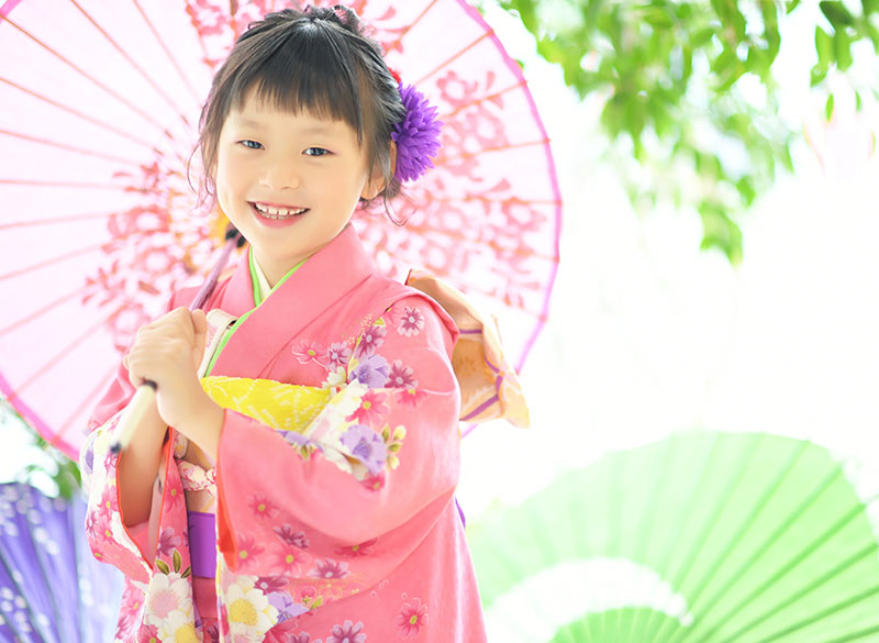 七五三 7歳 着物 ピンク 和傘 自然光 おしゃれ