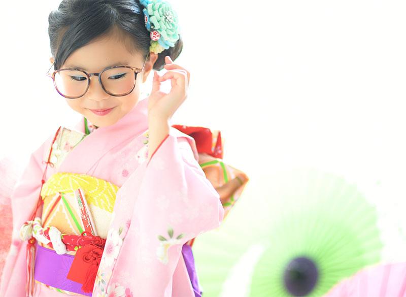 七五三 7歳 着物 ピンク めがね おしゃれ 自然光 カジュアル