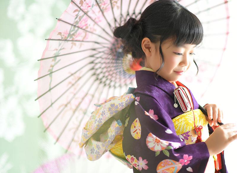 七五三 7歳 着物 紫 和傘 自然光 おしゃれ カジュアル