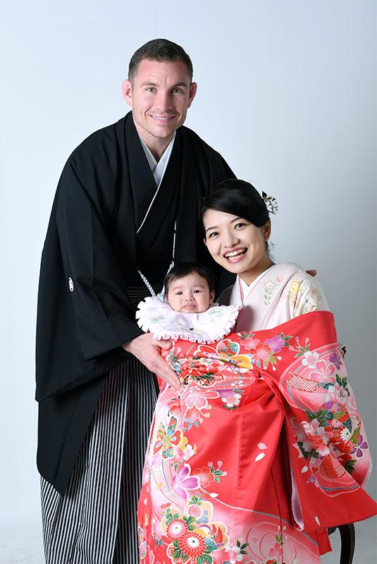 お宮参り 女の子 産着 祝着 ピンク 父母和装 家族写真 ストロボ