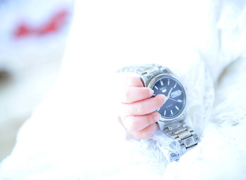 お宮参り 女の子 ベビードレス 自然光 おじいちゃんの時計と一緒に