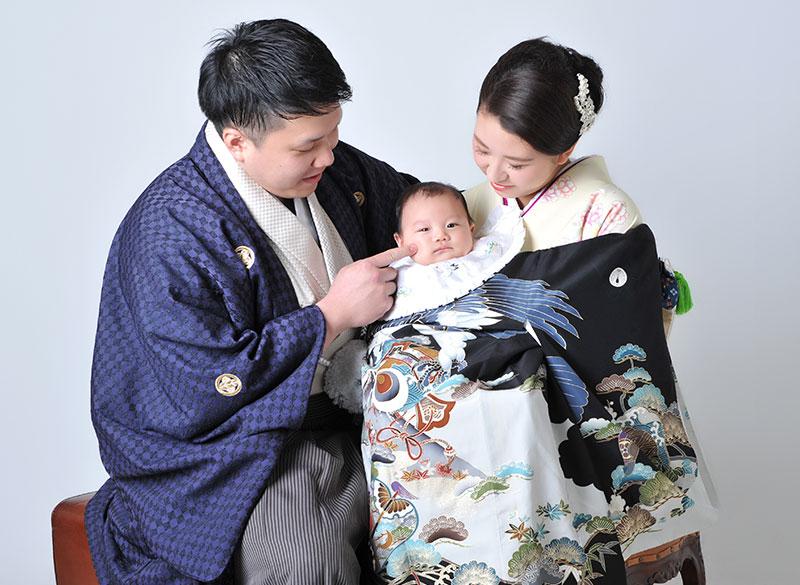 お宮参り 男の子 産着 祝着 黒 父母和装 家族写真 ストロボ