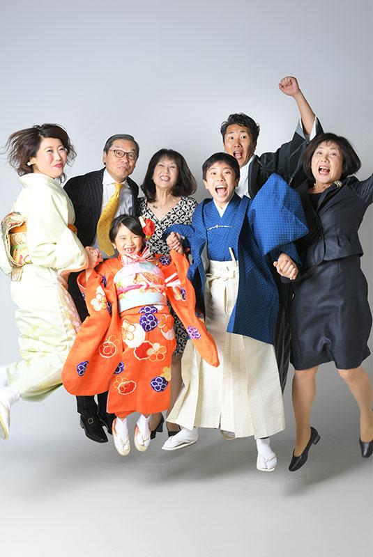 七五三 集合写真 7人 着物 家族和装 皆でジャンプ