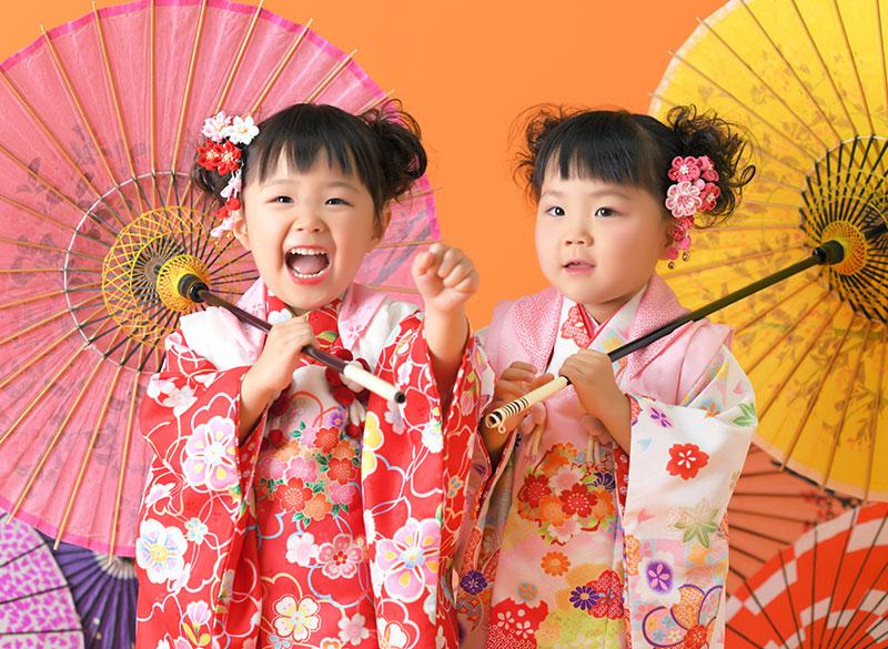 七五三 双子 姉妹写真 2人 着物 和傘 かわいい ストロボ