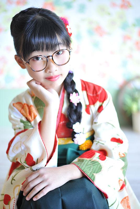 卒業袴 小学校 着物 クリーム色 袴 緑 めがね カジュアル 自然光