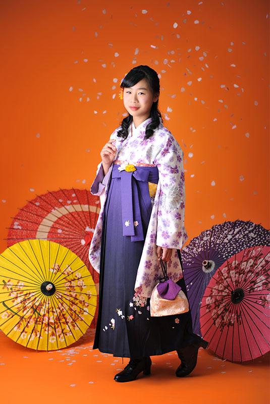 卒業袴 小学校 着物 白 袴 紫 桜吹雪 ストロボ ライティング 上品
