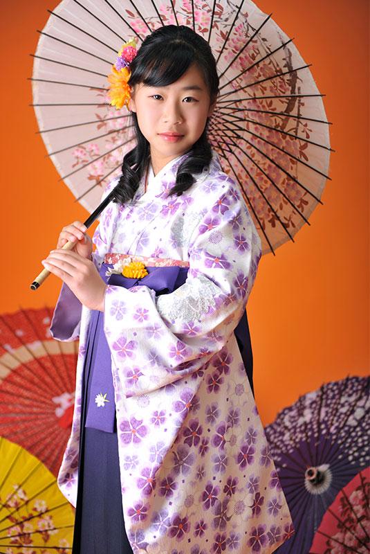 卒業袴 小学校 着物 白 袴 紫 和傘 ストロボ ライティング 上品