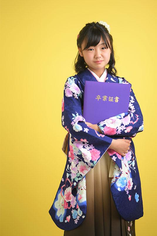 卒業袴 小学校 着物 青 袴 ベージュ 卒業証書と ストロボ