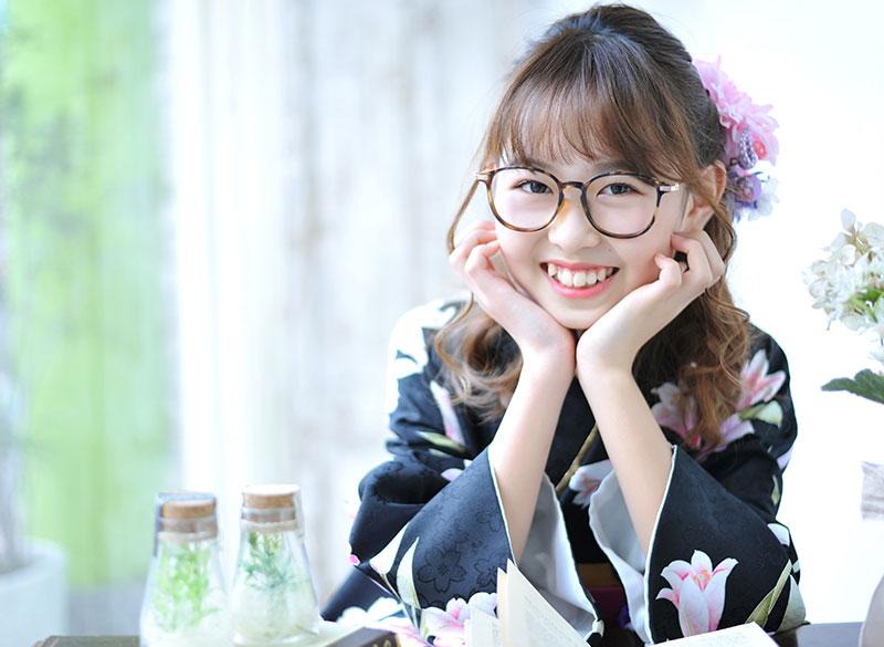 卒業袴 小学校 着物 黒 袴 ピンク 水色 めがね カジュアル 自然光 おしゃれ