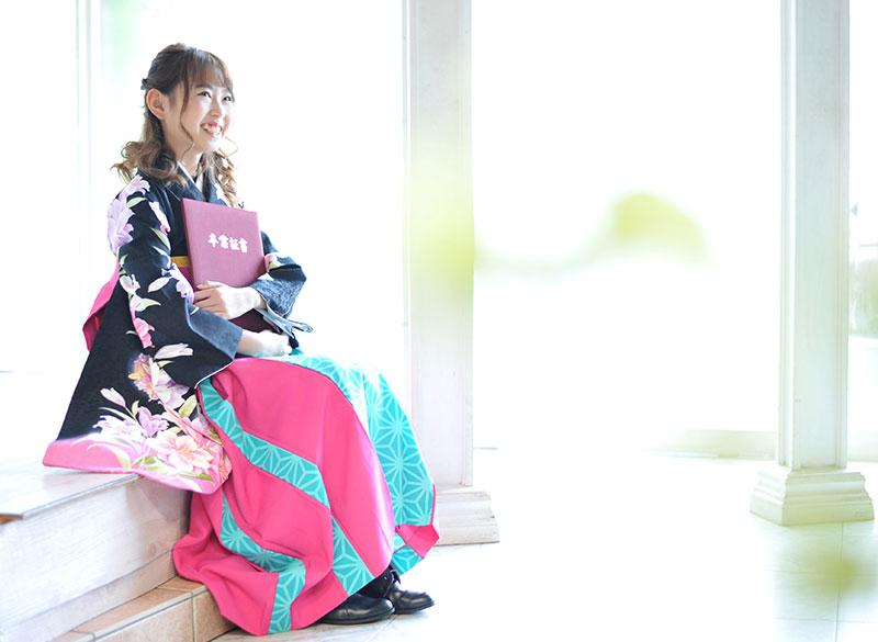 卒業袴 小学校 着物 黒 袴 ピンク 水色 自然光 おしゃれ