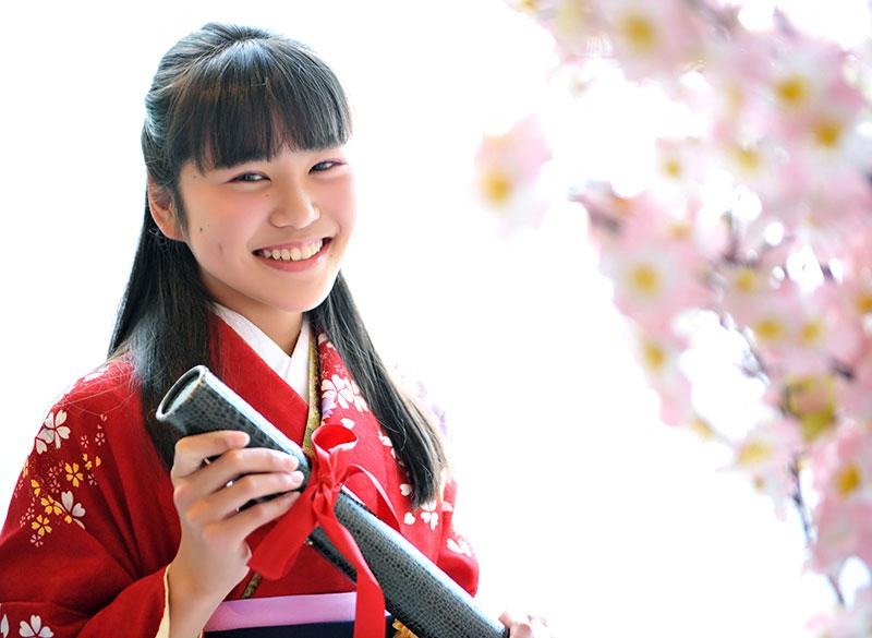 卒業袴 小学校 着物 赤 袴 紺 卒業証書と 桜 自然光