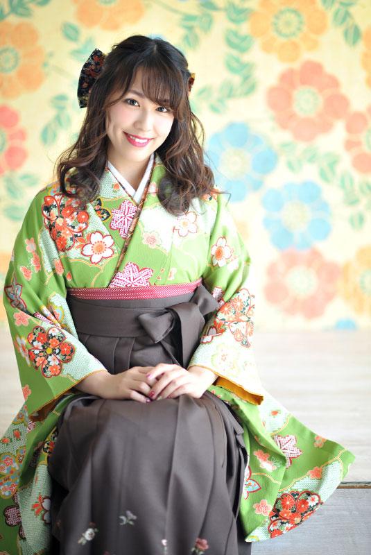 卒業袴 着物 緑 袴 茶色 自然光 カジュアル おしゃれ