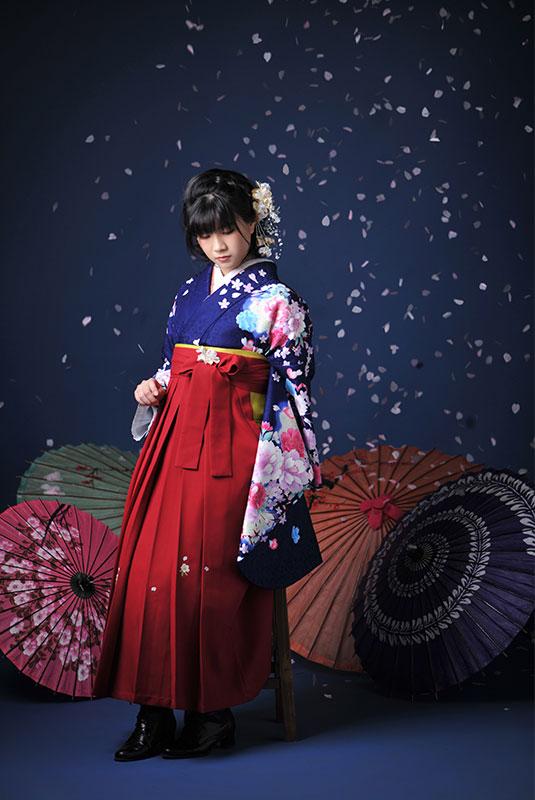 卒業袴 着物 青 袴 えんじ色 ストロボ ライティング きれい 桜吹雪