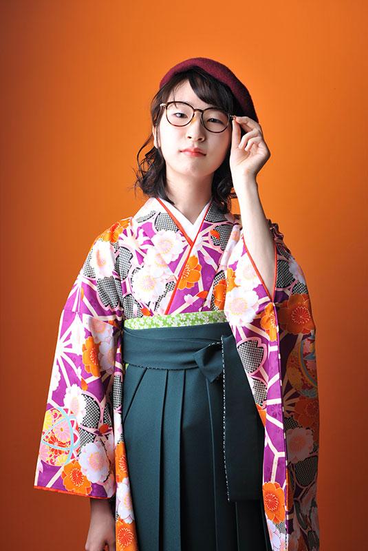 卒業袴 着物 紫 袴 緑 ベレー帽 めがね ストロボ ライティング おしゃれ