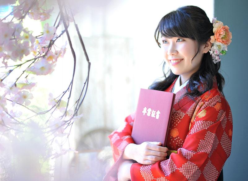 卒業袴 着物 赤 袴 緑 卒業証書と 桜 自然光