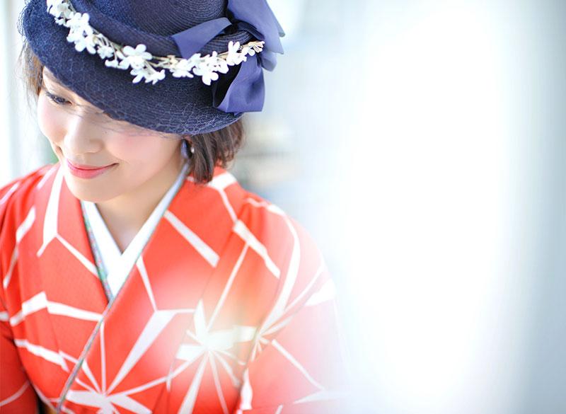 卒業袴 着物 オレンジ 袴 緑 ハット 自然光 おしゃれ