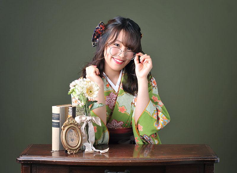卒業袴 着物 緑 袴 茶色 めがね ストロボ ライティング おしゃれ