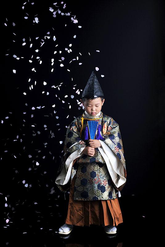 七五三 5歳 男の子 時代衣裳 水干 ストロボ ライティング 重厚感 桜吹雪