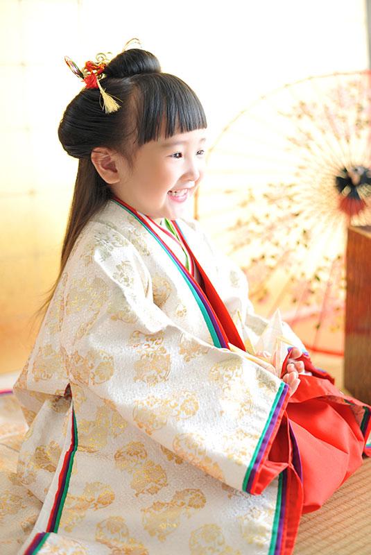 七五三 3歳 女の子 時代衣裳 十二単 自然光