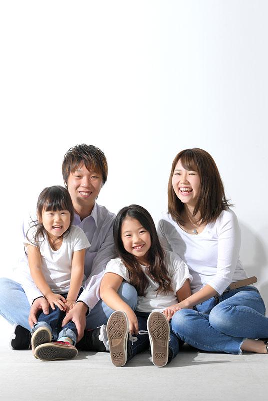 家族写真 4人 私服 お揃い おしゃれ ストロボ ライティング