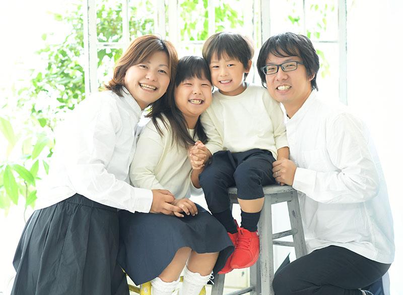 家族写真 4人 私服 お揃い おしゃれ 自然光 カジュアル