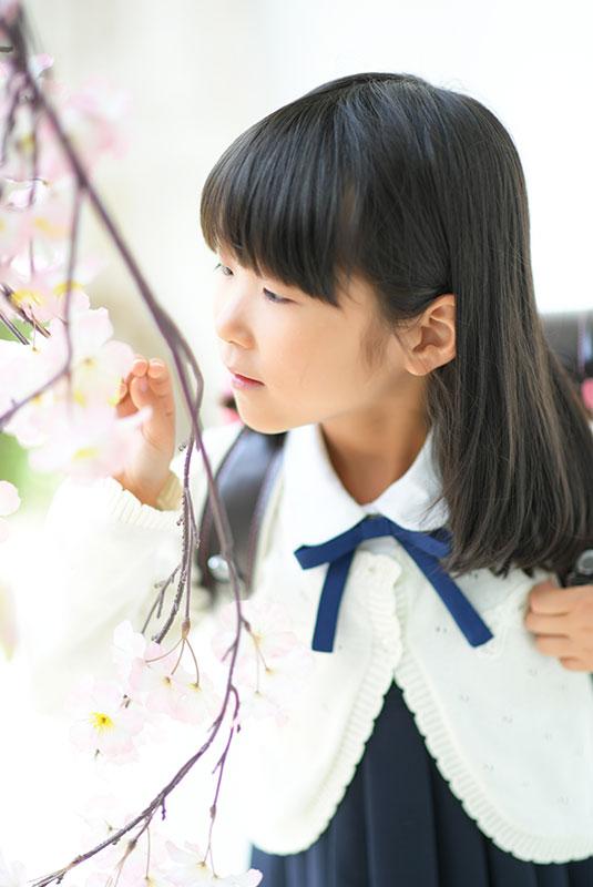 小学校 入学記念 女の子 桜と一緒に