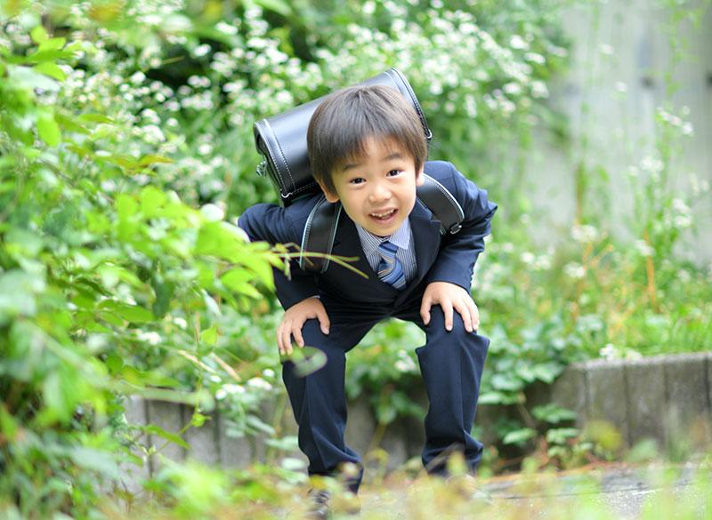 小学校 入学記念 男の子 ロケ写真 緑の中で